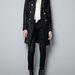 Hilary Swank féle fekete kabát arany gombokkal a Zarában 29995 forint.