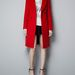 Katie Holmes piros kabátjának hasonmása a Zarában 29.995 forintba kerül.