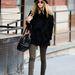 Elizabeth Olsen kalapban és napszemüvegben sétál Manhattanban