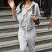 Rihanna szürke tréningben integet Londonban