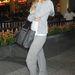 Paris Hilton szürke szabadidő ruhában New Yorkban