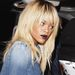 A kiszőkített Rihanna gót rúzzsal sokkol. Senkinek nem áll jól.