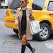 Lindsay Lohan kabátjával megegyező színű magassarkú tornacipőben vonul.
