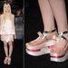 Elle Fanning telitalpú cipőben jelent meg egy filmbemutatón Los Angelesben. A borzalmat a Prada tervezte.