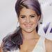 Kelly Osbourne pasztell lila hajjal pózol Los Angelesben. Neki jól áll, másnak nem biztos.