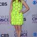 A neonsárga, csipkés Simone Roche ruha üde és játékos, illik a 15 éves színésznőhöz.