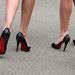 A klasszikus körömcipőktől szebbnek tűnik a láb,mint a platformtól