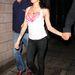 Amy Winehouse fekete skinny farmerben és pink melltartóban