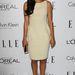 A Glee-ben feltűnt Naya Rivera egyszerű, elegáns fehér ujjatlan ruhában, ami talán öregíti a 1987-ben született színésznőt.