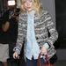 Emma Stone fehér gombokkal díszített farmeringben menekül a lesifotósok elől Hollíywoodban