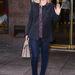 AnnaSophia Robb paltform cipőben és skinny farmerben integet.