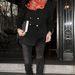 Catherine Zeta-Jones fekete szettjét dobta fel egy színes sállal.