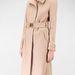 A Stradivariusnál egy elegánsan nőies bézs kabátért most 9995 forintot kérnek.