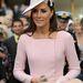 PÚder rózsaszín ruhában és kalapban a Buckingham Palota kerti partiján.
