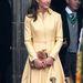 Vanília sárga kabátruhában és barna kalapban Edinburghban