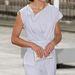 Egyszerű fehér ruha, trükkös nyakkivágással, amit a konty tesz igazán hercegnés viseletté