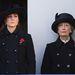 Duplasoros gombolású fekete kabátban egy megemlékezésen Lady Susan Hussey -el.