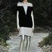 Ezüst leggings és klasszikus szabású fekete-fehér Chanel ruha az haute couture shown