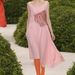 Pixie stílusú frizurákkal és drágakövekkel kirakott szájjal mutatták be a ruhákat a modellek.