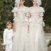 Leszbikus menyasszonyokkal támogatja Lagerfeld a melegházasságot.