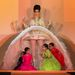 Szoknya alul kibújó indiai gyerekek  Jean Paul Gaultier showján