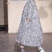 Álarc, túlméretezett ezüst kabát és cipő Maison Martin Margielatól
