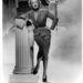 Marlene Dietrich klasszikus szabású kosztümökben áll Hitchcock kamerája elé a Rémület a színpadonban.