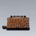 Zara: leopárdos táska éppen van, csak nem olyan jól pakolható fazon, amilyennel a modell mászkál. 6995 forint.
