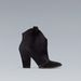 Fekete velúr kiscsizmából is van választék: Zara, 9995 forint.