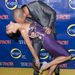 Nigel Barker a műsor egyik zsűrije feleségét csókolgatja a New York-i premieren