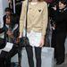 Alexa Chung fehér-bézs outfitjéhez választotta a sötétszürke harisnyát Londonban