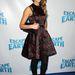 Jessica Alba ujjatlan koktélruhában és szép cipőjét kiemelő fekete harisnyában Los Angelesben.