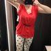 Zara: piros felső 2995 forint, nadrág 2995 forint.
