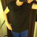 Ez már a Promod: fekete, tweed-ujjú felső 2000 forint.