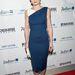 Jennifer Morrison térd alatti kék ruhában Chicagóban