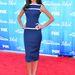 Az ismert tévés személyiség, Terri Seymour kék-fehér ruhában a vörös szőnyegen.