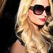 Paris Hilton hatalmas napszemüveggel nyújtja meg amúgy sem kerek arcát.