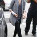 Jessica Alba fekete nadrággal és papucscipővel párosította a trendi kabátot.