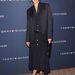 Uma Thurman fekete gombos ruhában és zakóban a Tommy Hilfiger bemutatón New Yorkban