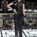 Ennek ellenére a Us Magazine-nál azt tanácsolják, hogy egy fémes vállú Versace ruhát vegyen föl.