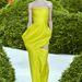 2013 január 21-én mutatta be a Dior az haute couture kreációkat. Elég volt pár hét, hogy a vörös szőnyegen lássuk viszont ezt a sárga ruhát.