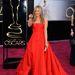 Jennifer Aniston eljegyzési gyűrűje 8 vagy 9 karátos, emellé a színésznő Art Deco ihletésű karkötőket és csillogó fülbevalókat vett fel.