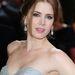 Amy Adams a szolid tusvonalat és az ezüstös csillogást választotta, hófehér bőrén remekül fest az arcpír
