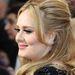 Adele a szemhéjport kihagyva inkább maradt a védjegyének számító tusvonalnál.