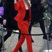 A Victoria's Secret angyalkája is szereti a piros nadrágkosztümöt.
