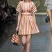 Jöjjenek a táskák! A Dolce & Gabbana nőies szettek mellé ajánlja a közepes méretű retikülöket.