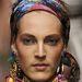 A Dolce & Gabbana mintás fejkendője szemből...