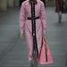 Fáradt rózsaszín hosszú kabát, színben igazodó táskával a Miu Miutól