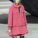 Kék szőrme sapka rózsaszín kosztümmel a Chaneltől