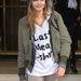 Cara Delevingne a  Louis Vuitton bemutatóról tart hazafelé